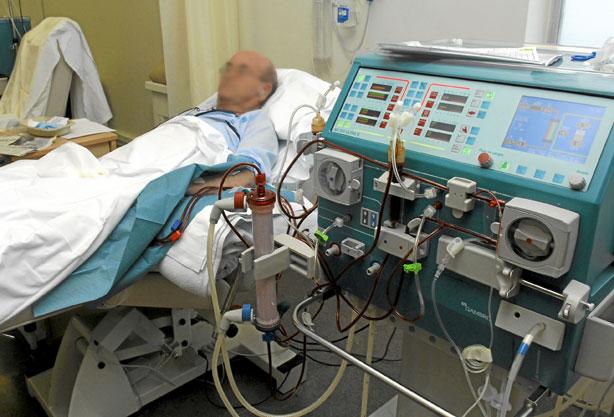Paciente recibiendo diálisis en una cama de hospital