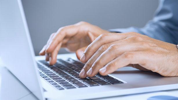 Manos escribiendo en el ordenador
