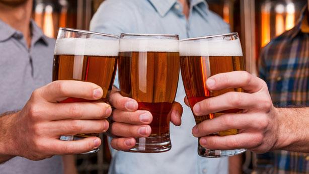 Brindis con vasos de cervezas