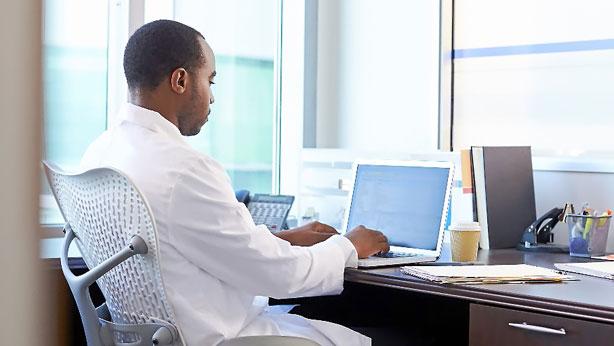 Médico extracomunitario en su consulta.