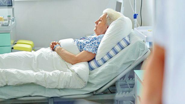 Mujer en la cama en el hospital