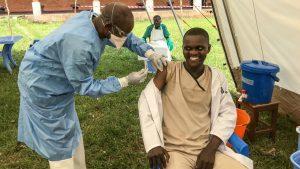 Un trabajador de primera línea vacunado en Bikoro, en la provincia de Equador, en la República Democrática del Congo