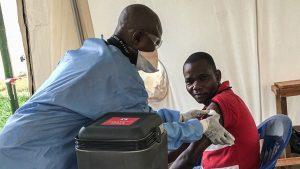 Un trabajador de primera línea vacunado en Bikoro, en la provincia de Equador, en la República Democrática del Congo.