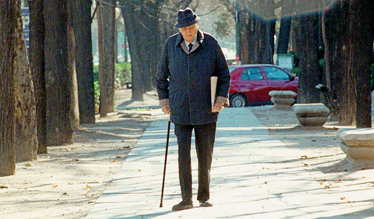 Anciano caminando con bastón