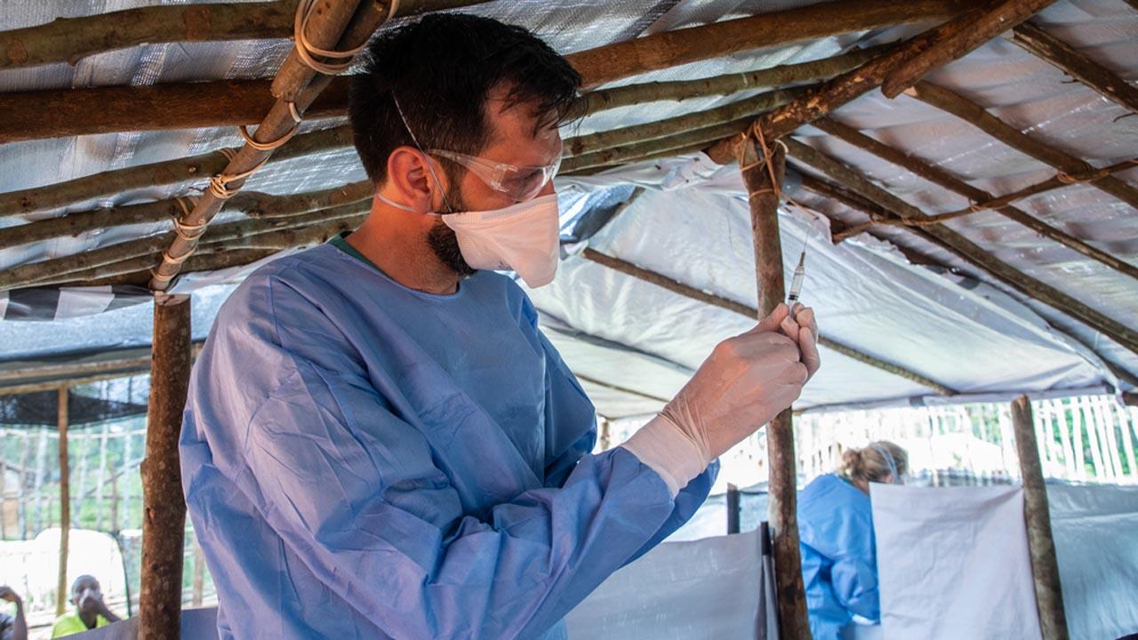 Luis Encinas, experto de ébola de MSF, está preparando una dosis de la vacuna del Ébola