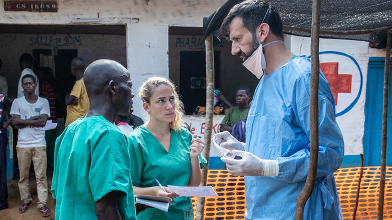 Los facultativos y agentes de salud discuten el caso de un contacto de un paciente de Ébola para determinar cómo actuar