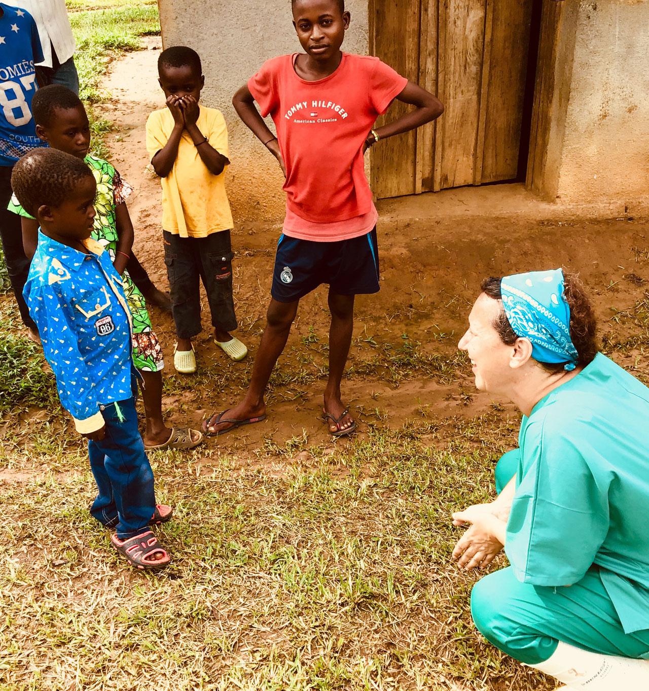 El hijo de George, uno de los enfermeros que ha trabajado en la lucha contra el Ébola, cuando Miriam Alía le dio el alta tras dar negativo para el virus del Ébola.