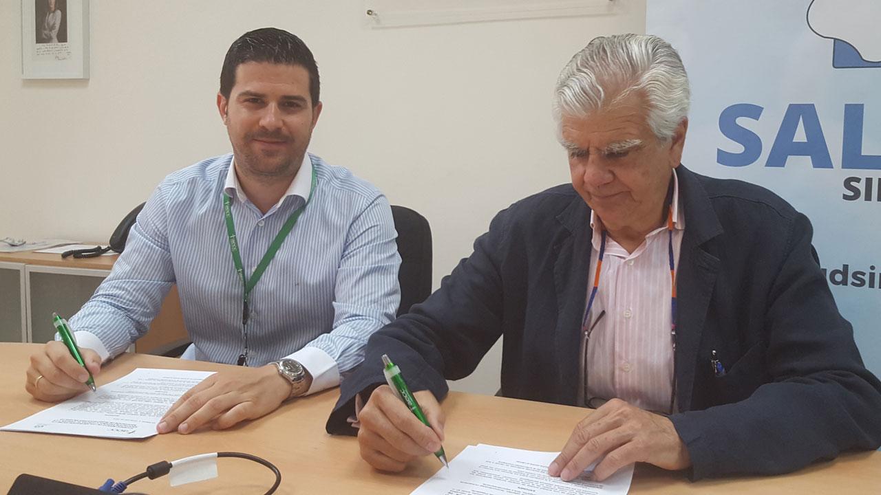 El presidente de AIES, Sergio Vañó, firma el acuerdo de colaboración entre #SaludSinBulos y la AECC junto a Ignacio Muñoz, presidente AEEC.