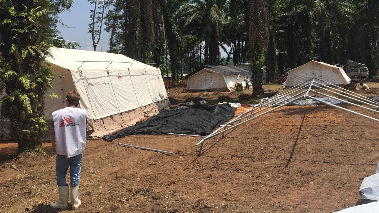 MSF ha construido una unidad de tratamiento del Ébola en Mangina, en RDC, epicentro del brote, con 30 camas de aislamiento. La ONG también se ha encargado de la construcción de otra unidad en Beni.