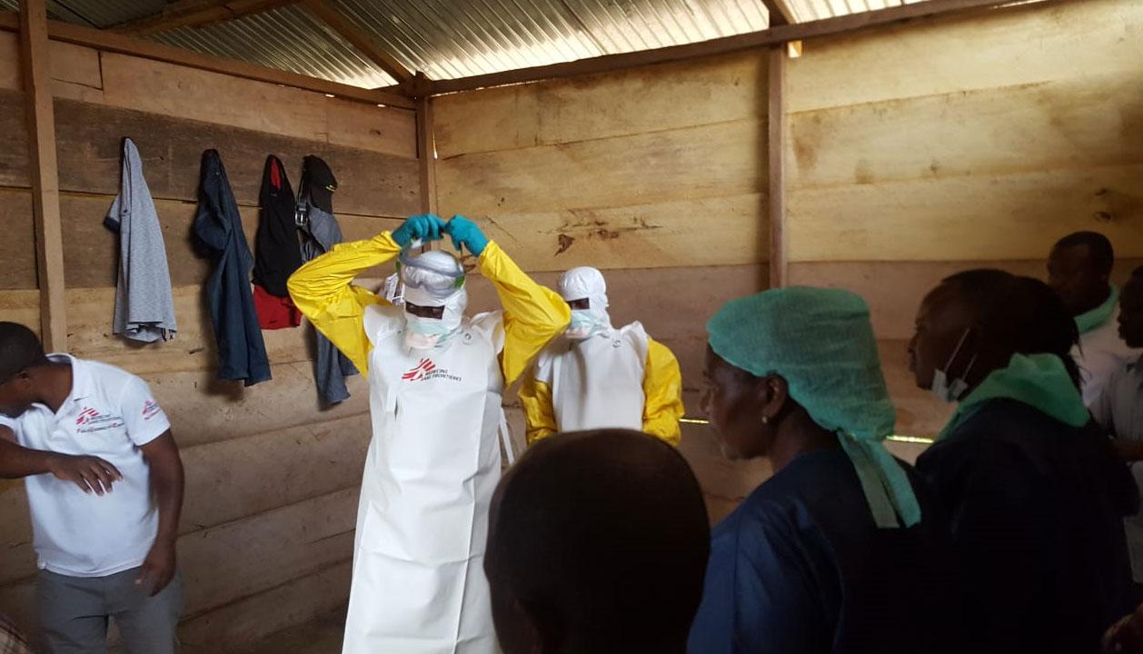 MSF Francia ha comenzado su intervención, con la autorización del Ministerio de Salud de RDC, para la respuesta al brote de Ébola en Kivu del Norte. Los equipos han comenzado a poner en marcha centros de tratamientoen Mangina Y Beni y están ofreciendo formación y apoyo a los centros de salud de la zona para ayudar a prevenir la expansión del Ébola.