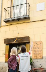 Iniciativa 'Calles en Blanco' en Madrid para concienciar a la población sobre el Alzheimer en el Día Mundial de la patología