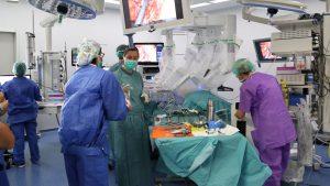 Operación con el robot 'DaVinci' de un esfínter urinario artificial.