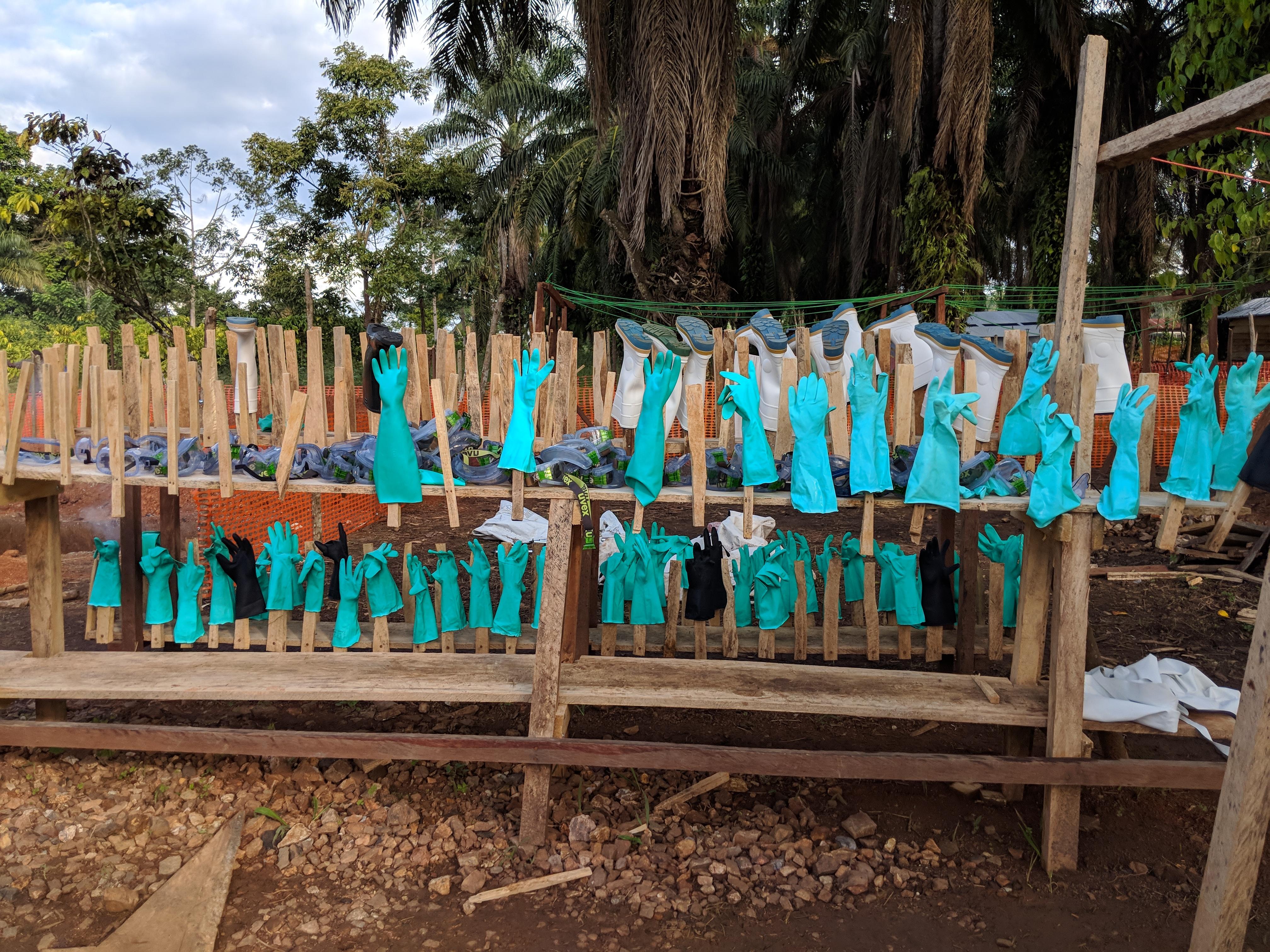 Los guantes y las gafas forman parte del equipo de protección individual que deben utilizar los sanitarios en el tratamiento del Ébola, y son tratados para su descontaminación cada vez que los trabajadores salen del centro de tratamiento de MSF en Mangina.