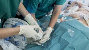 El tratamiento con presión negativa e instilación se realiza a pie de cama, en este caso con un paciente con bolsa de ostomía, y no requiere sedación