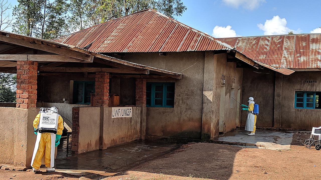 Desinfección del Centro de salud de Mangina por equipos de MSF.