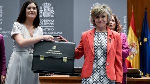 La exministra Carmen Montón entrega la cartera del Ministerio de Sanidad a Mar�a Luisa Carcedo, quien la sucede en el cargo.