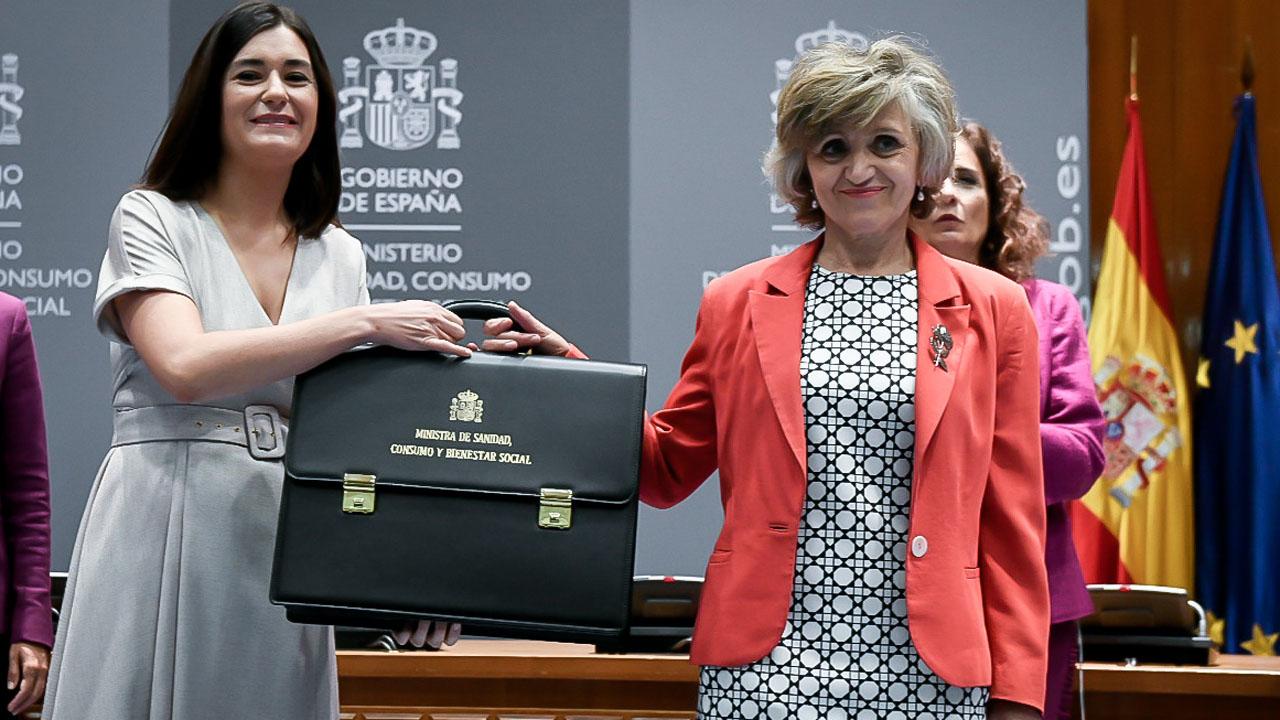 La exministra Carmen Montón entrega la cartera del Ministerio de Sanidad a María Luisa Carcedo, quien la sucede en el cargo.