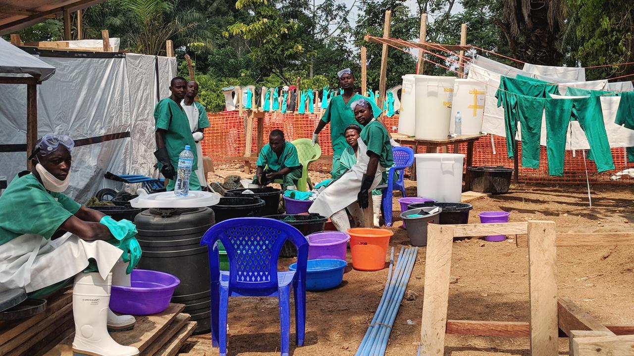 Trabajadores del centro de tratamiento de Ébola de MSF, en Mangina, lavan los uniformes que se utilizan debajo del equipo de protección individual (EPI). Algunas partes del EPI se destruyen tras su utilización, pero otras como las botas y las gafas pueden desinfectarse y reutilizarse.