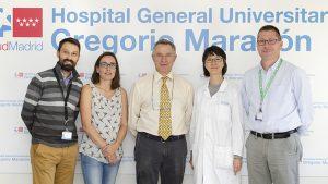 Los hematólogos José Luis D�ez-Mart�n y Mi Kwon, junto con el resto del grupo de investigación del Hospital Gregorio Marañón.