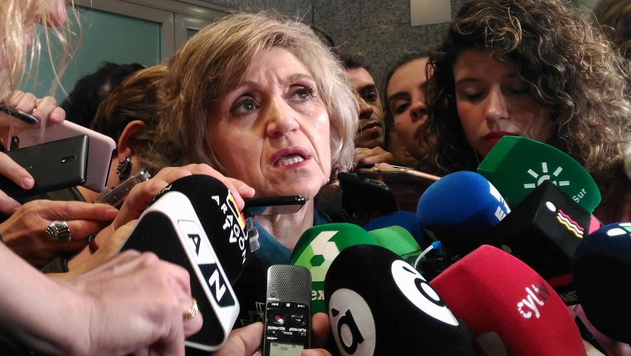 La ministra María Luisa Carcedo, atendiendo a los medios en una imagen de archivo.