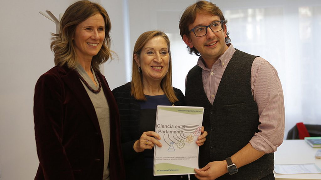 Ana Pastor, en el centro, con Cristina Garmendia, presidenta de Cotec y exministra de Ciencia, y Andreu Climent, coordinador de Ciencia en el Parlamento