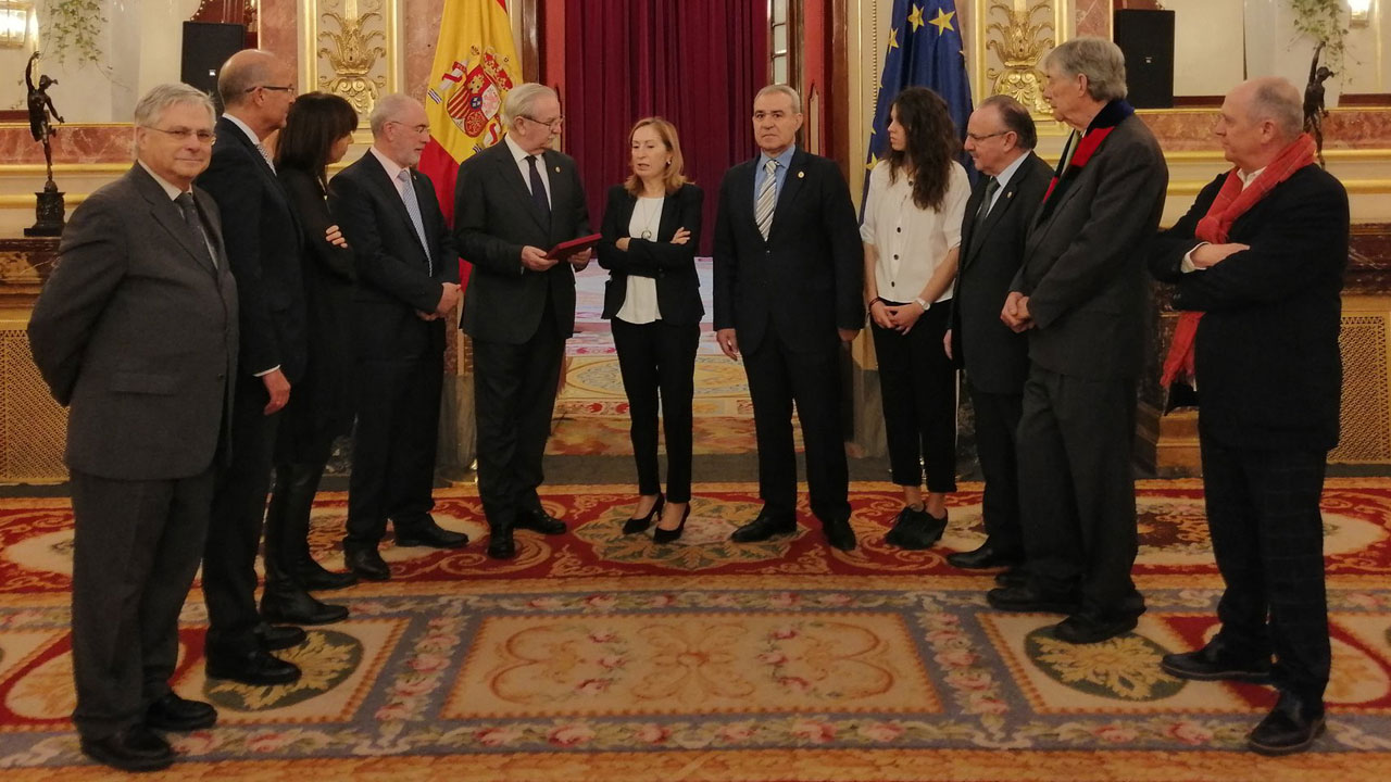 Ana Pastor, presidenta del Congreso, en el centro, flanqueada por todos los miembros del Foro de la Profesión.
