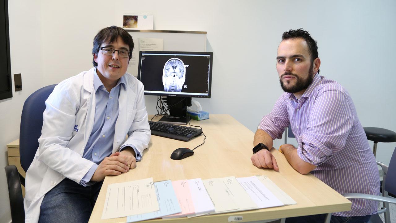 Francisco Martínez Ricarte, del grupo de Investigación en Neurotraumatología y Neurocirugía (Uninn), del Instituto de Investigación del Valle de Hebrón (VHIR), y Marcos, uno de los pacientes.
