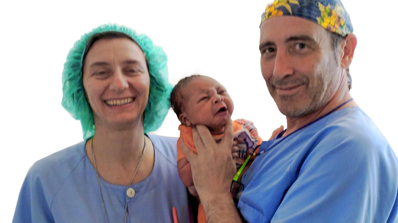 Javier de la Torre con sor Elizabeth, misionera comboniana y directora del Hospital Saint Joseph de Bebedjia, en Chad, que cubre a una población de unos 250.000 habitantes.
