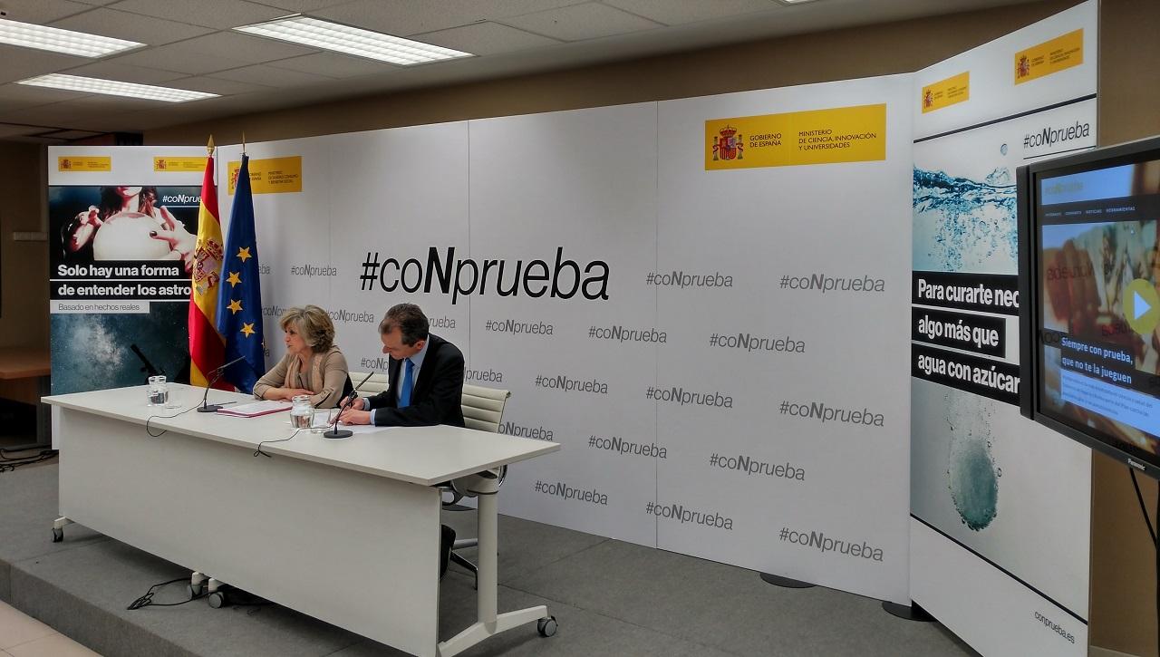María Luisa Carcedo y Pedro Duque, este jueves en el Ministerio de Sanidad, presentando novedades del plan contra las pseudoterapias.