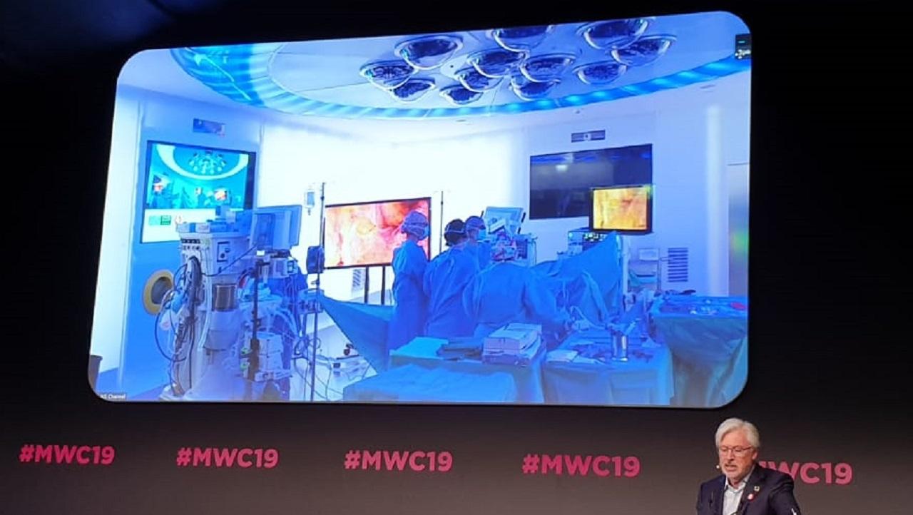 Imagen en directo desde el Mobile World Congress de la primera cirugía con 5G, realizada en el Hospital Clínico de Barcelona y retransmitida de forma simultánea con las indicaciones de Antonio De Lacy.