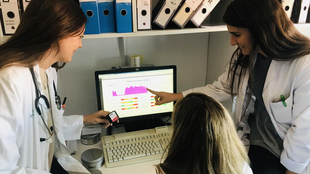 Olga Mediano, Sofía Romero y Maria Castillo, investigadoras del Ciberes en el Hospital de Guadalajara, con los dispositivos Kronowise que utilizan para el estudio piloto sobre sueño y dolor crónico.