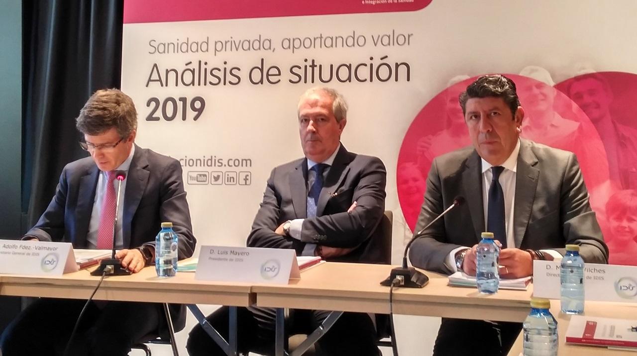 Presentación del informe Sanidad privada, aportando valor, del IDIS, de 2019. Adolfo Fernández-Valmayor, Luis Mayero y Manuel Vilches, de la Fundación IDIS, este lunes en el acto de presentación, en Madrid.
