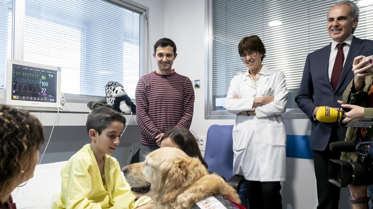 El consejero de Sanidad de la Comunidad de Madrid, Enrique Ruiz Escudero, asiste a la presentación del proyecto 'Huellas de Colores' de terapia asistida con animales en la UCI Pediátrica del 12 de Octubre.