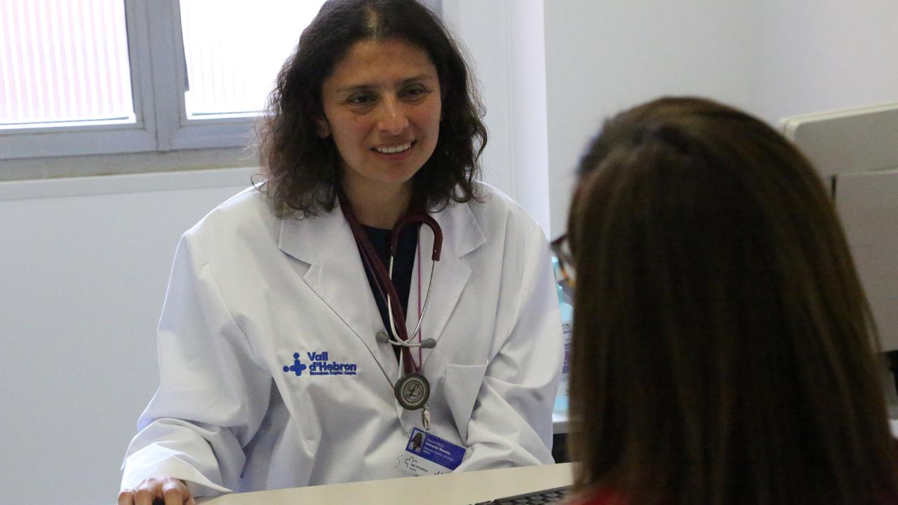 Claudia Valverde, oncóloga médica en Valle de Hebrón y presidenta del GEIS.