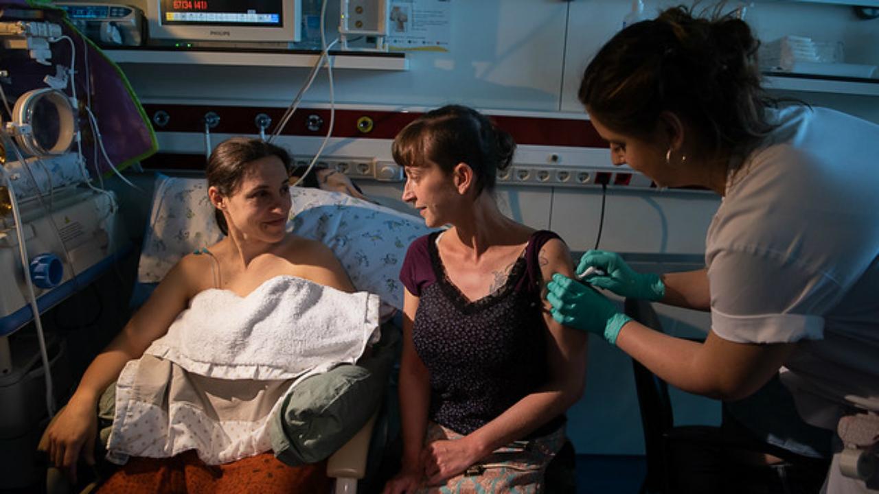 Se recomienda la vacunación de la tos ferina a la madre y la pareja tras el parto.