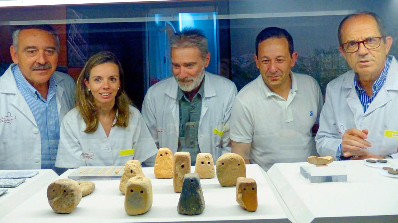Los autores del estudio Julio Esteban, Eugenia de la Morena, Pablo Carbonell, Javier Corral y Vicente Vicente, en el Museo Arqueológico de Murcia.