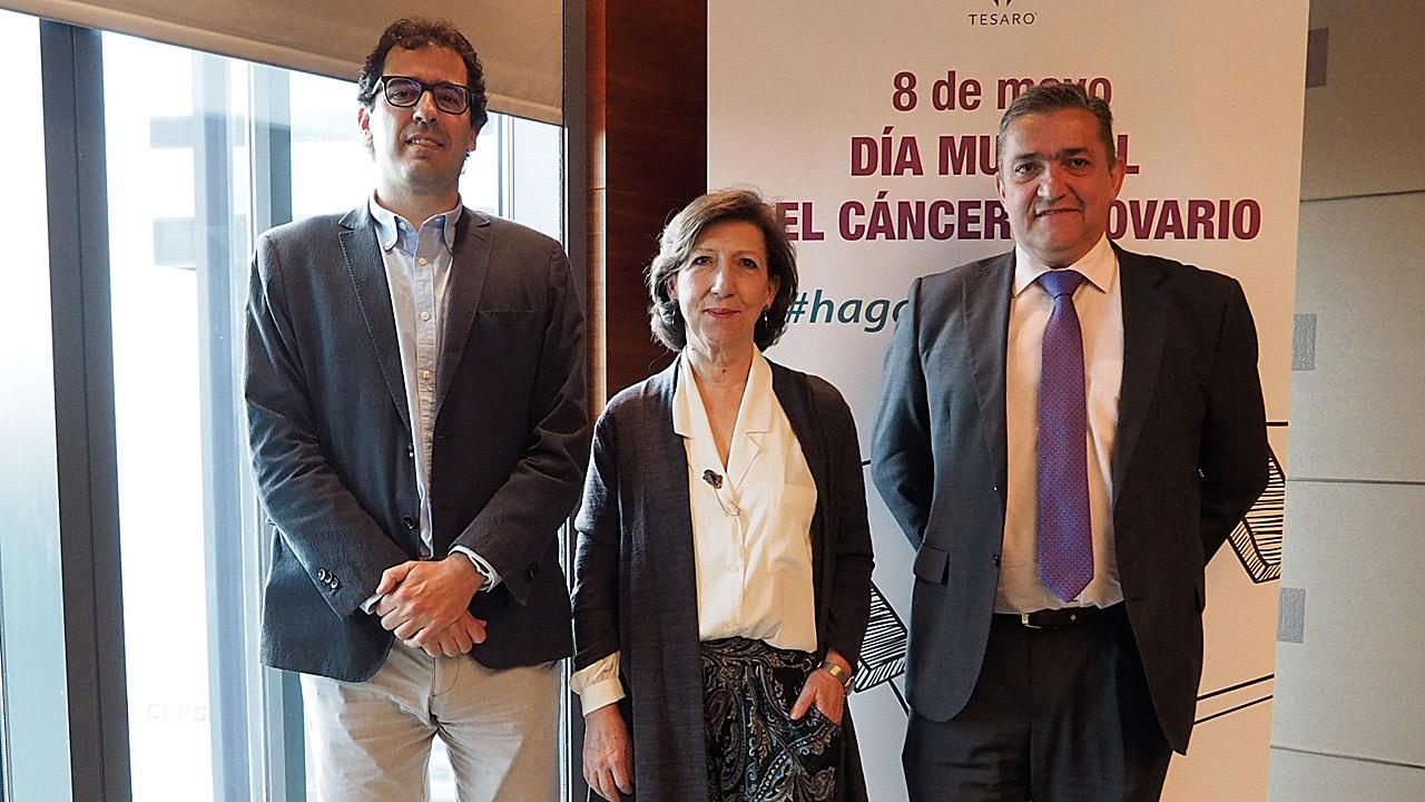Andrés Redondo, del Hospital La Paz, de Madrid; Charo Hierro, presidenta de la Asociación de Afectados por Cáncer de Ovario (ASACO), y Francisco Regalado, de la farmacéutica Tesaro.