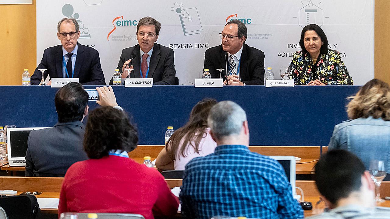 Rafael Cantón, José Miguel Cisneros, Jordi Vila y Carmen Fariñas, en el encuentro con los especialistas en Enfermedades Infecciosas y Microbiología Clínica que han celebrado su congreso anual este fin de semana en Madrid.