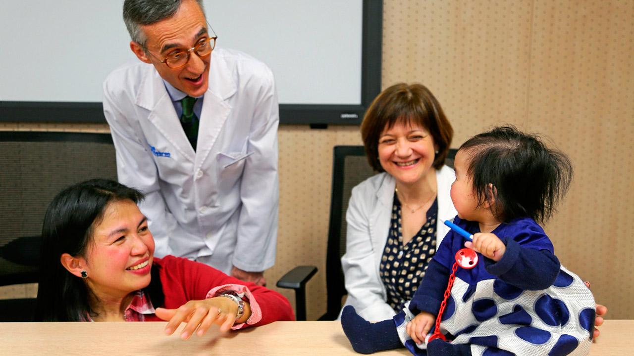 Beatriz, con su madre, y los neurólogos Alfons Macaya y Francina Munell, del Hospital Valle de Hebrón, en Barcelona.