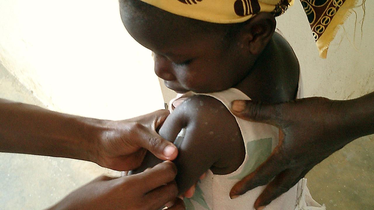 Una niña recibe la vacuna contra la malaria RTS,S. en un centro de salud de Mozambique.