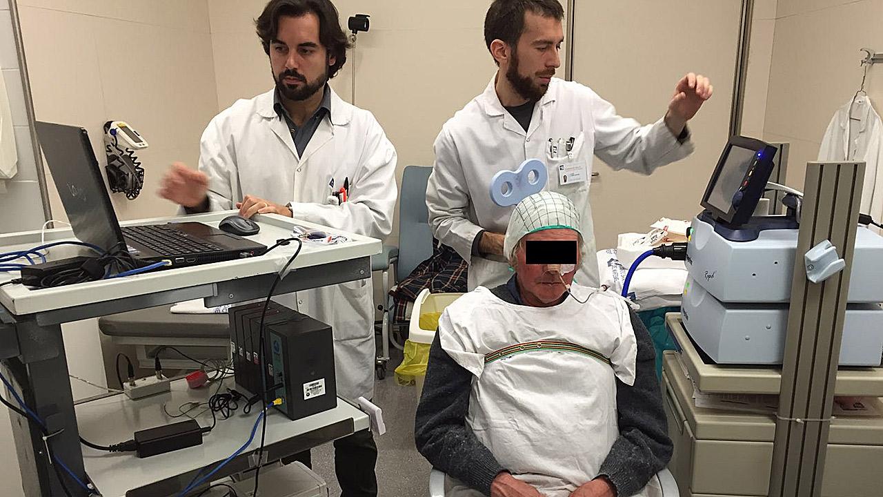 Exploración neurofisiológica a un paciente del estudio.