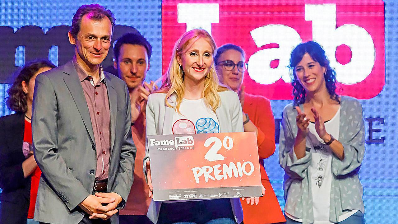 Pedro Duque, ministro de Ciencia, Innovación y Universidades, fue el encargado de entregarle el diploma a Mariola Penadés en el último certamen FameLab España.