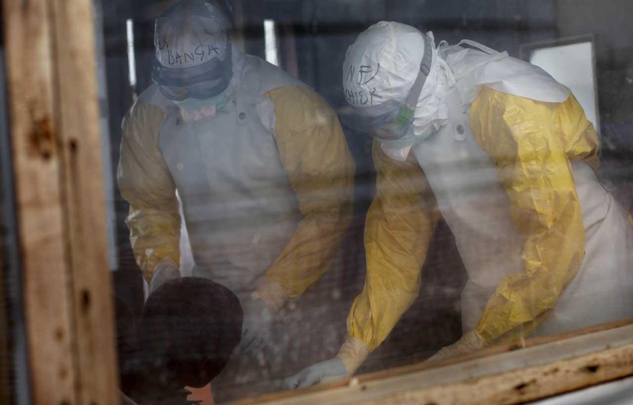 Personal sanitario estudia a un paciente para confirmar o descartar la sospecha de Ébola en RDC.