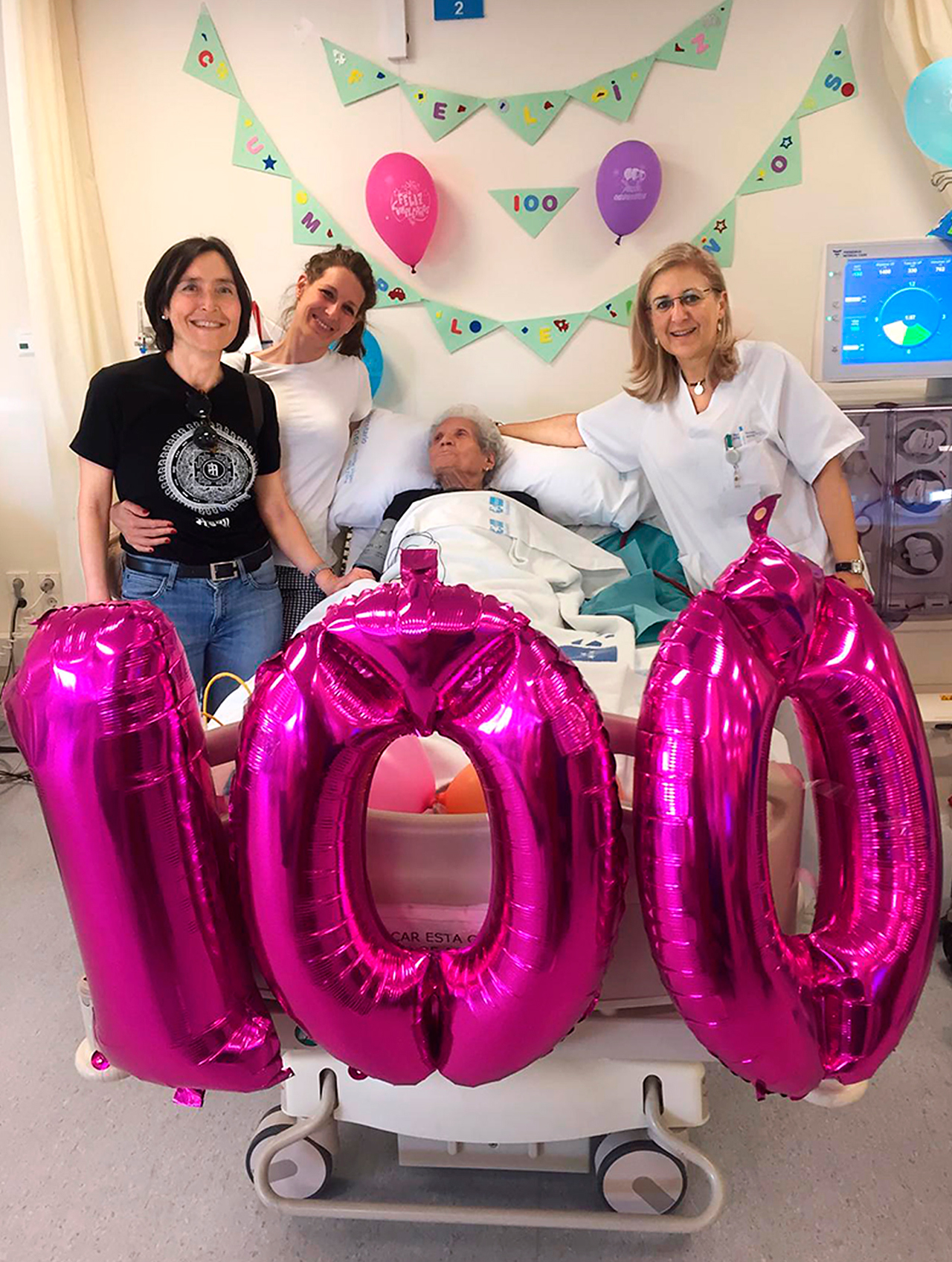 La paciente Isabel Sánchez, en un homenaje por su cumpleaños centenario con sus médicas, las nefrólogas Elena Corchete, Marta Albalate y Patricia de Sequera, del Hospital Universitario Infanta Leonor, en Madrid.
