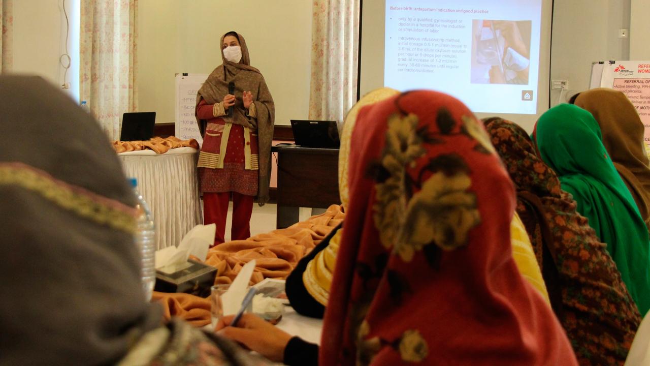 Un momento del programa de formación piloto dirigido a matronas, médicos y trabajadores del Ministerio de Salud de Pakistán sobre los peligros del uso indebido de la oxitocina.