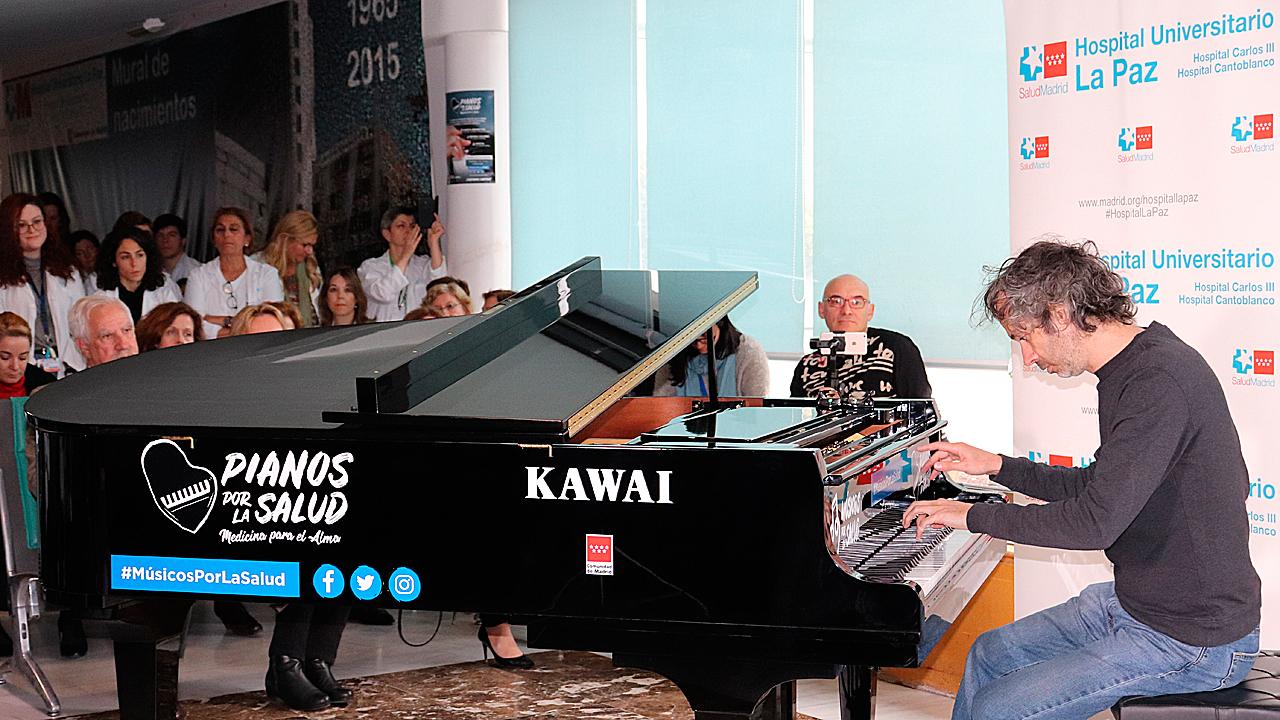 El pianista y compositor James Rhodes durante el concierto en abril con el que se inauguró Piano por la Salud en el Hospital La Paz.