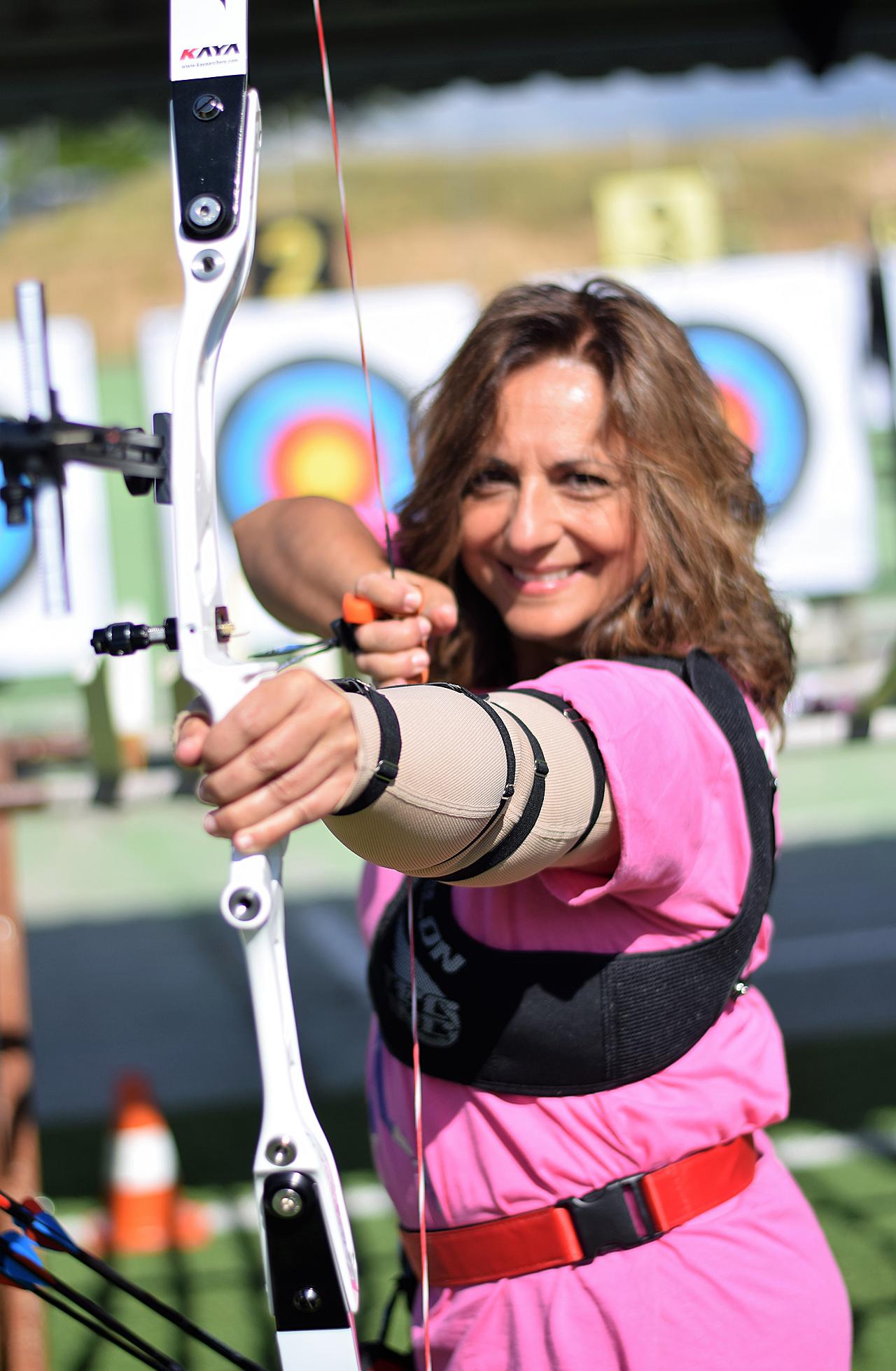 Un grupo de pacientes con cáncer de mama del Hospital Quirónsalud Madrid se ejercitan en tiro con arco para reducir las molestias asociadas al linfedema.
