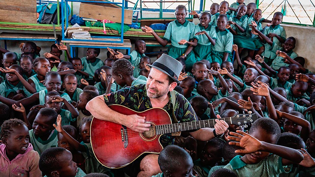 Santi Fernández, del grupo musical 'Los Secretos', toca para los alumnos del colegio MCSPA de Nariokotome, en Turkana.
