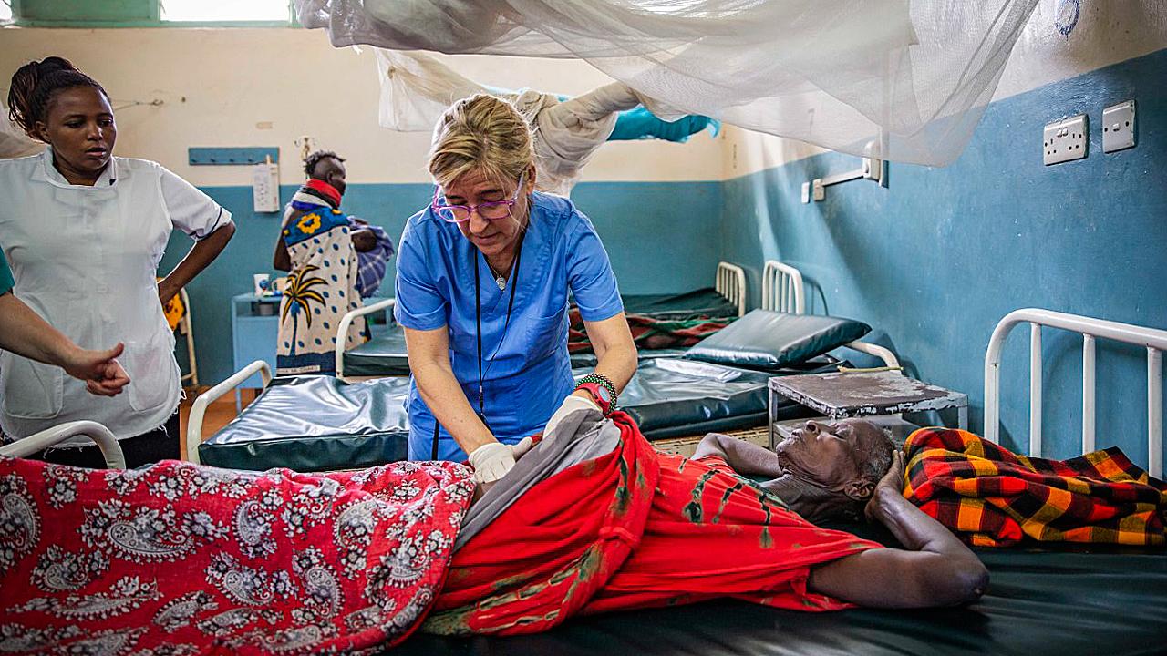 Carmen Hernández explora a un paciente en el Hospital Gubernamental de Lodwar.