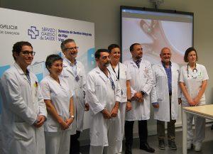 equipo de la Unidad de Neumolog�a Intervencionista junto al gerente de la estructura organizativa de gestión integrada (EOXI) de Vigo, Julio Garc�a Comesaña.